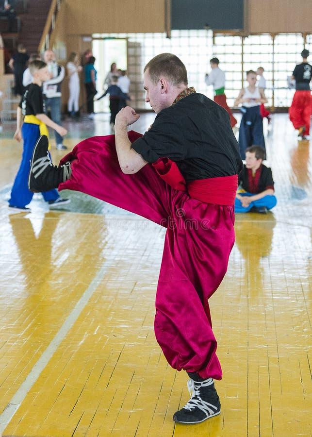 Konkurrenter i kampsporterna som ska utföras i idrottshallen arkivfoto