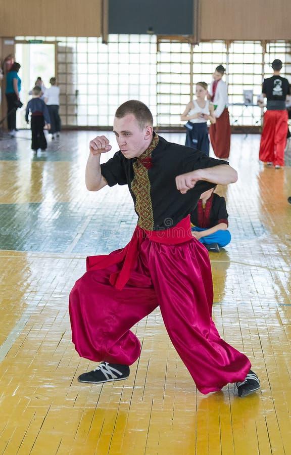 Konkurrenter i kampsporterna som ska utföras i idrottshallen royaltyfri foto