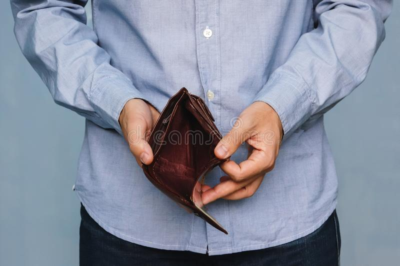 Konkurs - affärsperson som rymmer en tom plånbok royaltyfri bild