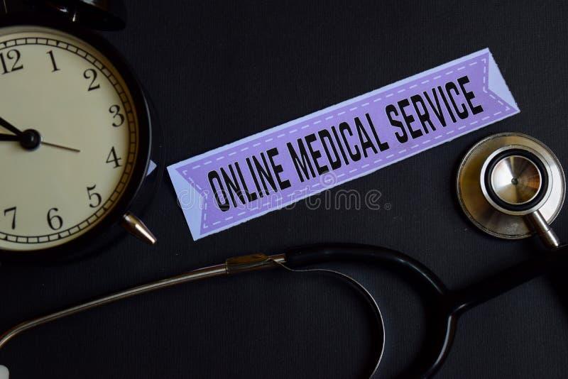 Konopie na druku papierze z opieki zdrowotnej pojęcia inspiracją budzik, Czarny stetoskop Online usługa zdrowotna na druku pa fotografia stock