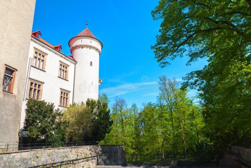 Konopiste slottyttersida, Tjeckien royaltyfri foto