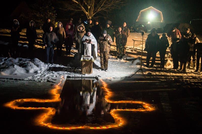 Konsekracja chrzestnej chrzcielnicy noc Chrześcijańska uczta objawienie pańskie w Kaluga regionie Rosja fotografia stock