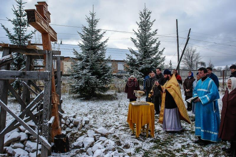 Konsekracja pamiątkowy ortodoksa krzyż blisko świątyni w Kaluga regionie Rosja fotografia stock