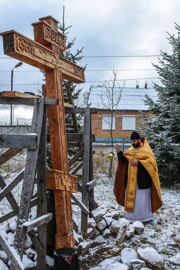 Konsekracja pamiątkowy ortodoksa krzyż blisko świątyni w Kaluga regionie Rosja obrazy royalty free