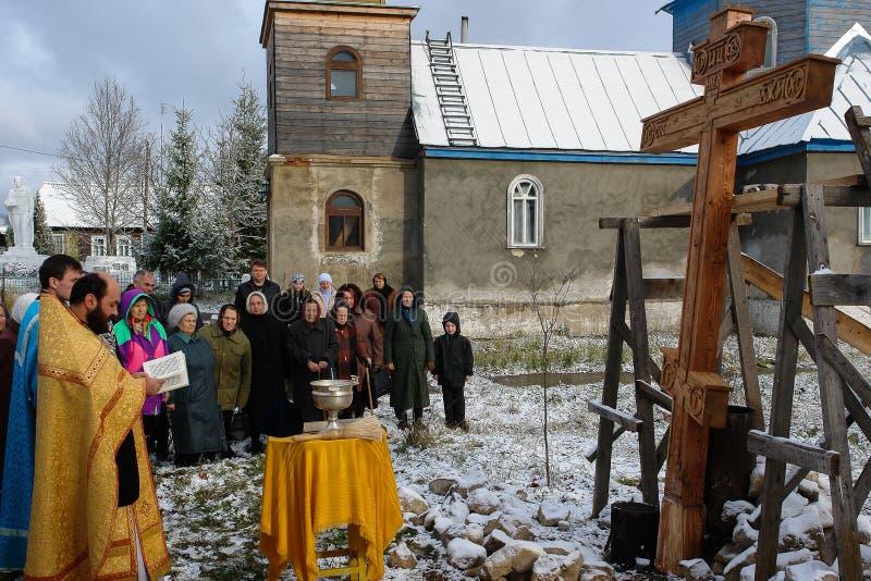 Konsekracja pamiątkowy ortodoksa krzyż blisko świątyni w Kaluga regionie Rosja obraz stock