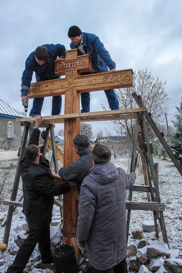 Konsekracja pamiątkowy ortodoksa krzyż blisko świątyni w Kaluga regionie Rosja zdjęcie royalty free
