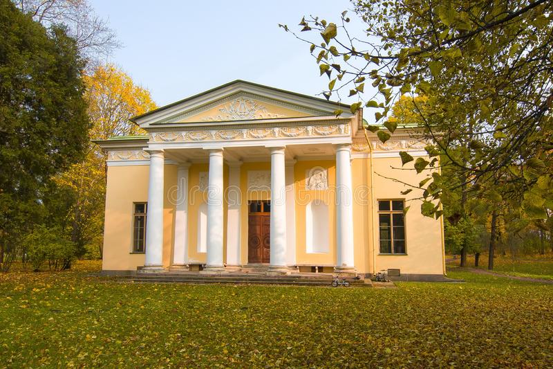 Konserten Hall Pavilion under guld- nedgång i Catherine parkerar, Pushkin, St Petersburg, Ryssland arkivbilder