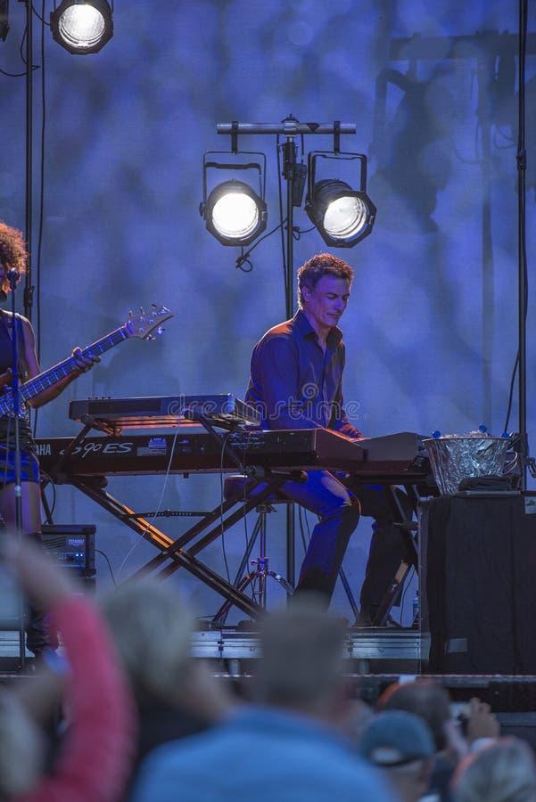 Konserten på fredriksten fästningen, den joe cockerspanieln med musikbandet arkivfoton