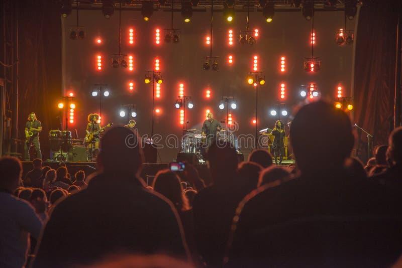 Konserten på fredriksten fästningen, den joe cockerspanieln med musikbandet royaltyfria bilder