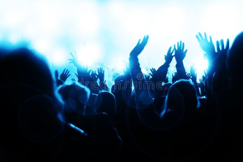 konsertfolkmassa som sheering royaltyfri bild