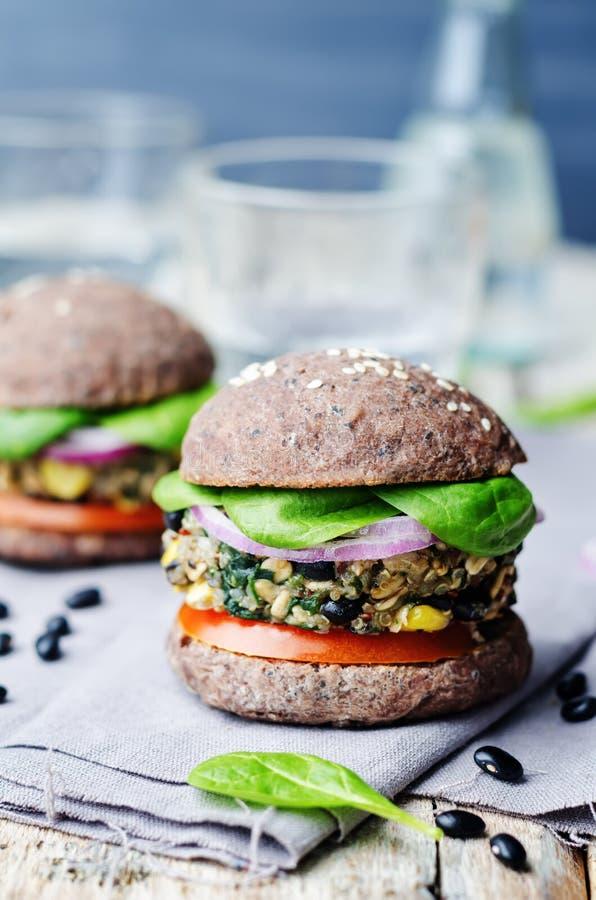 Konserverar spenat för svart böna för Quinoa hamburgare med bullecrusen för svarta bönor arkivfoton