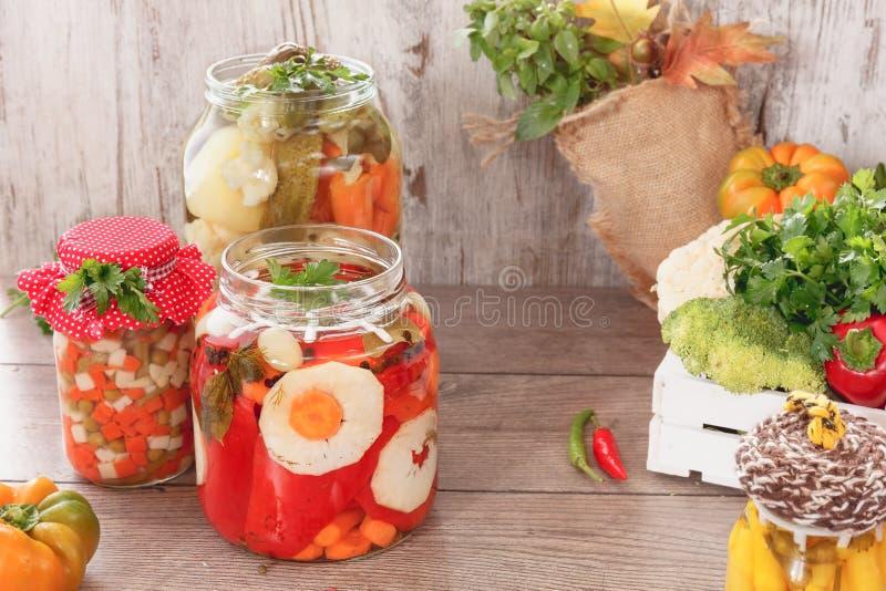 Konserviertes Gemüse und Kräuter lizenzfreie stockfotografie