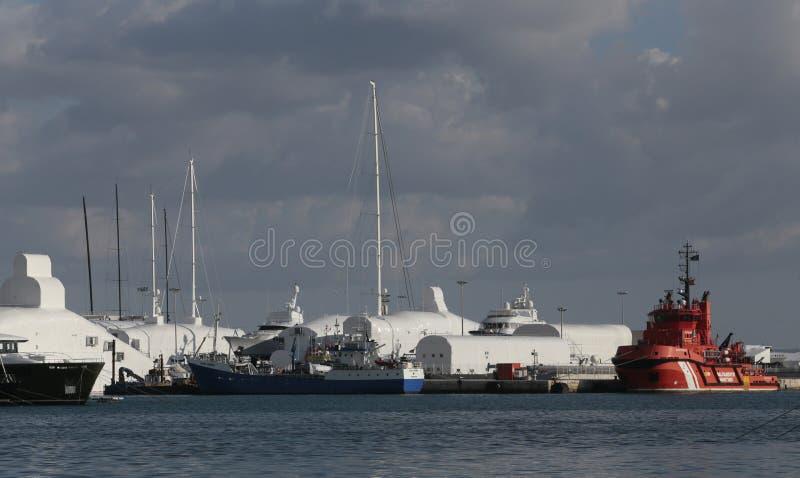 Konserwacje na jachtach wewnątrz w palmy de Mallorca porcie zdjęcia stock