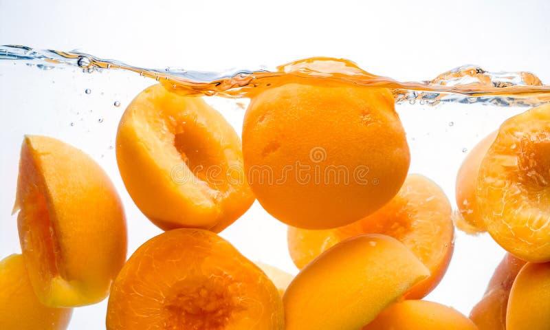 Konserwować brzoskwinie. Utrzymany owocowy pluśnięcie w wodzie zdjęcia stock