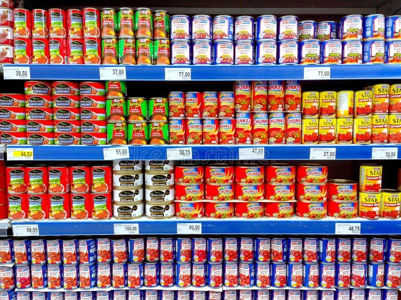 Konserwować mięśni produkty sprzedający w sklepie spożywczym zdjęcie royalty free