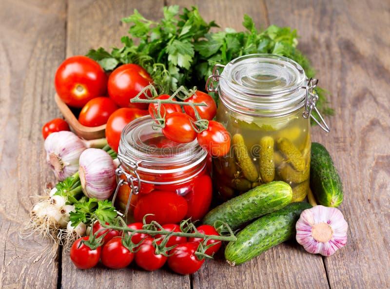 Konserwować pomidory i kiszony ogórek fotografia stock