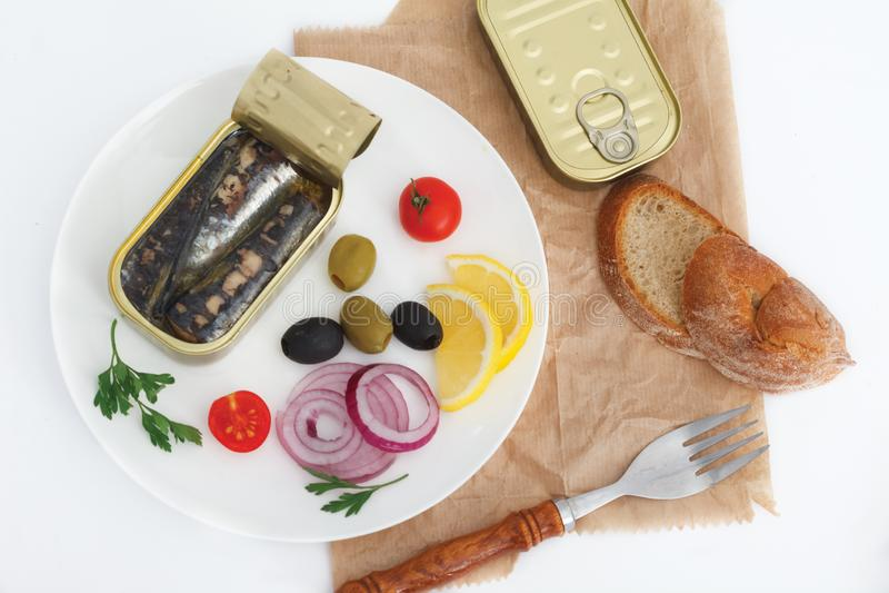 Konserwować sardynki w oliwie z oliwek z warzywami dla szybkiego posiłku obraz royalty free