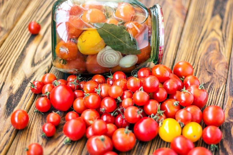 Konserwuje świezi pomidory z cebulami w galaretowej marynacie Jarzynowe sałatki dla zimy Szklany słój domowej roboty smakowici ko zdjęcia stock