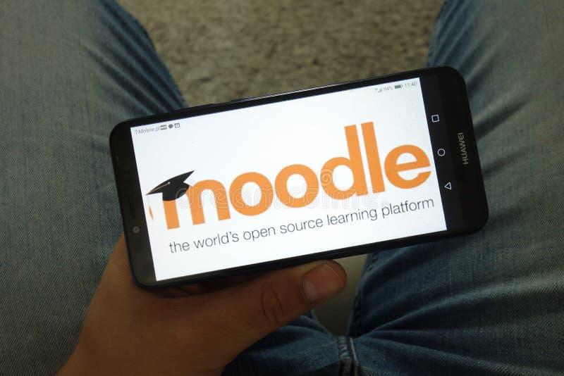 KONSKIE, POLÔNIA - 29 de junho de 2019: Logotipo de Moodle no telefone celular foto de stock