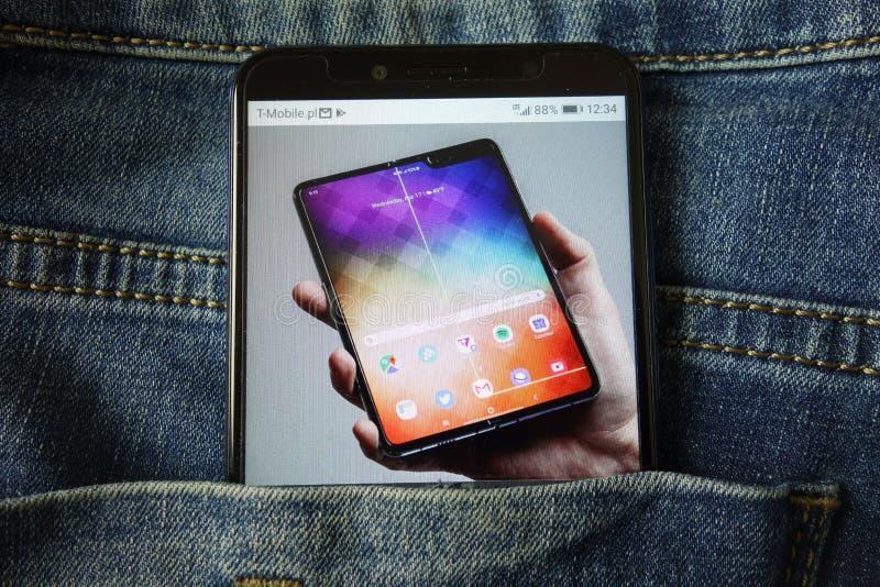KONSKIE, POL?NIA - 18 de maio de 2019: o Samsung Galaxy novo do smartphone dobra o projeto de conceito indicado no telefone celul imagens de stock royalty free