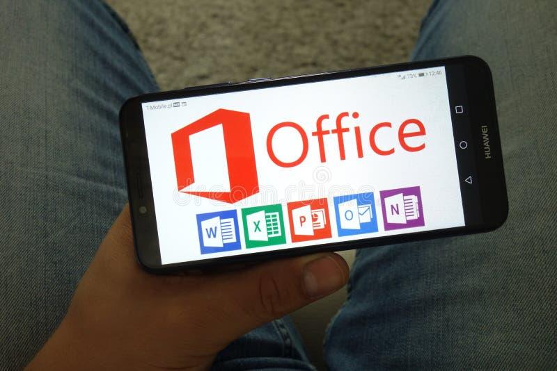 KONSKIE, POLEN - Juni 29, 2019: Microsoft Office met inbegrip van Word Excel PowerPoint Outlook en OneNote-emblemen op telefoon stock afbeeldingen