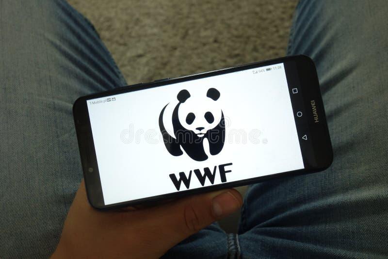 KONSKIE POLEN - Juni 29, 2019: Värld - bred fond för natur - WWF logo på mobiltelefonen royaltyfria bilder