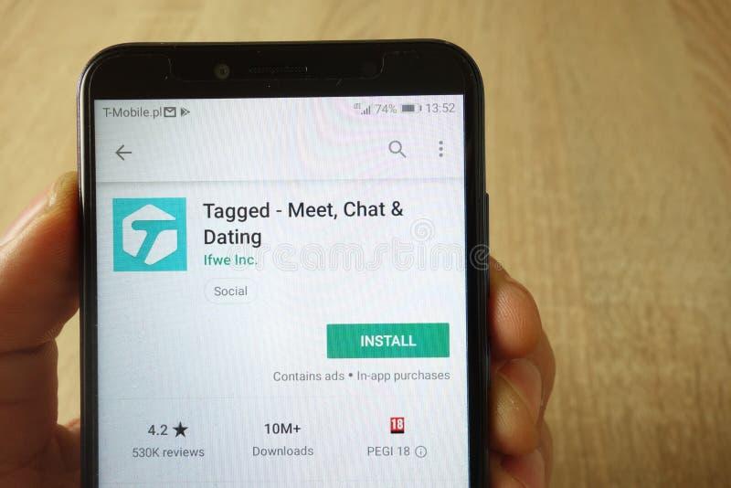 KONSKIE, POLEN - 18. Mai 2019: Handholding Smartphone mit etikettiert - Treffen, Schw?tzchen und Datierung App auf Google Play-We stockfotos
