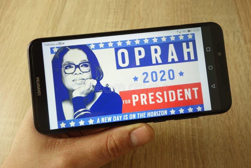 KONSKIE POLEN - Maj 18, 2019: handinnehavsmartphone med Oprah f?r presidenten 2020 fr?n The Daily Beast p? sk?rmen arkivfoton
