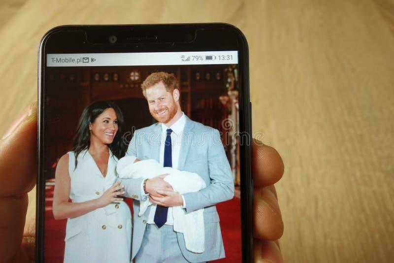 KONSKIE, POLOGNE - 18 mai 2019 : smartphone de participation de main avec la photo de prince Harry et Meghan Markle avec le b?b? images stock