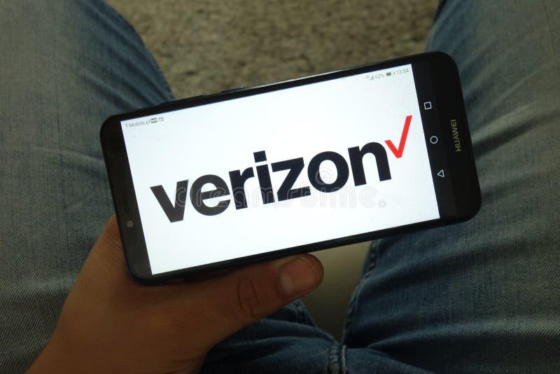 KONSKIE, POLONIA - 29 de junio de 2019:  Logotipo de Verizon Communications Inc en el teléfono móvil fotos de archivo