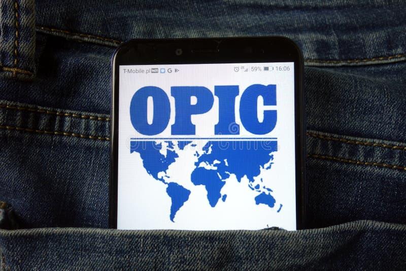 KONSKIE, POLSKA - 21 grudnia 2019 r.: Logo Overseas Private Investment Corporation Opinie na telefonie komórkowym zdjęcie stock