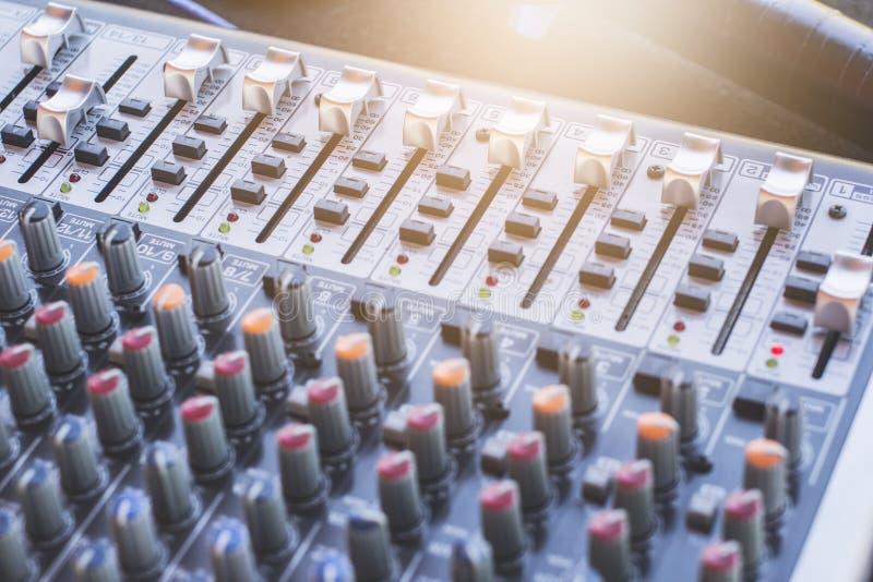 Konsol för solid blandare för kristallklart ljud fotografering för bildbyråer
