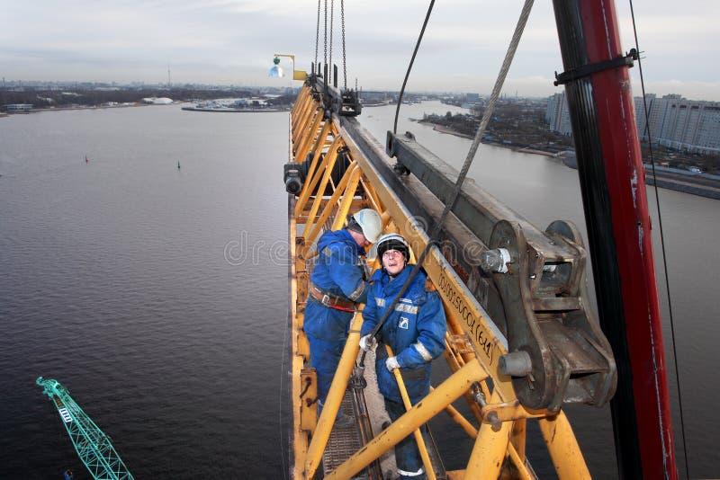 KONSOLEN-Turmkran der hoch gelegenen Installationsarbeit Arbeits lizenzfreie stockbilder