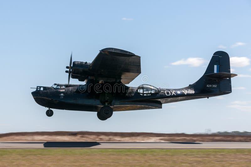 Konsoliderat fartyg VH-PBZ som för PBY Catalina Flying bär den berömda livrén för svarta katter från flygvapnet för kunglig austr royaltyfria bilder