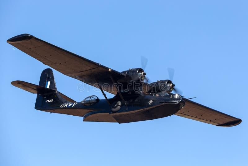 Konsolidująca PBY Catalina Latająca łódź VH-PBZ jest ubranym sławną Czarnych kotów liberię od Królewskiego australijczyka siły po fotografia stock
