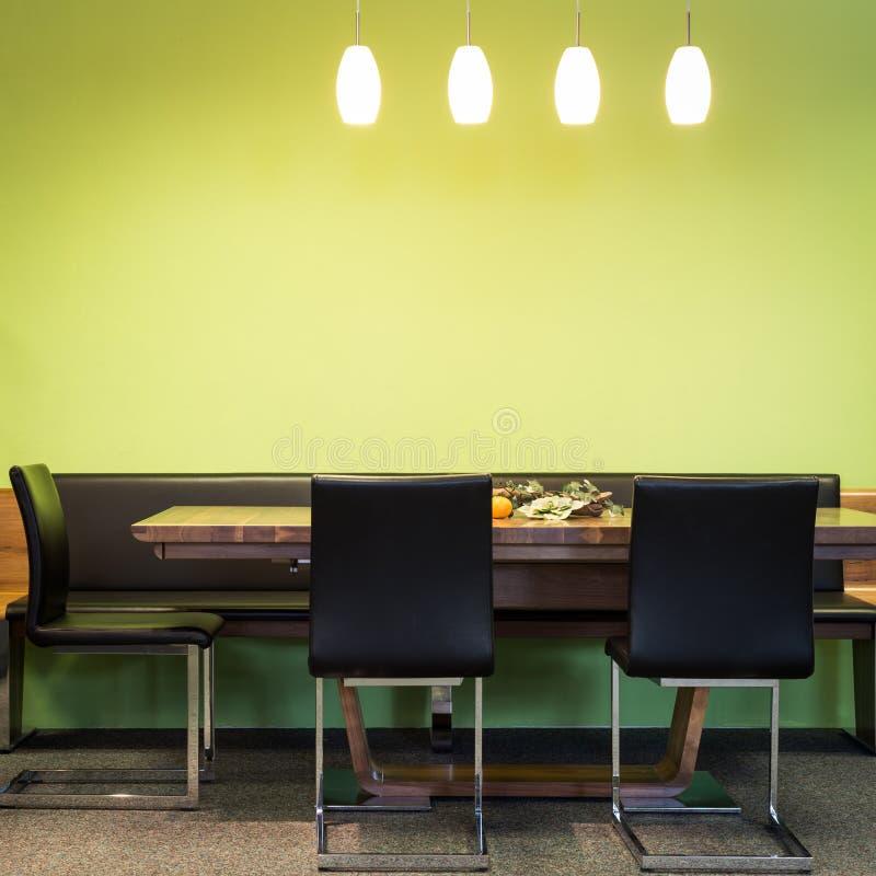 Konsolstolar på timmertabellen med lampor fotografering för bildbyråer