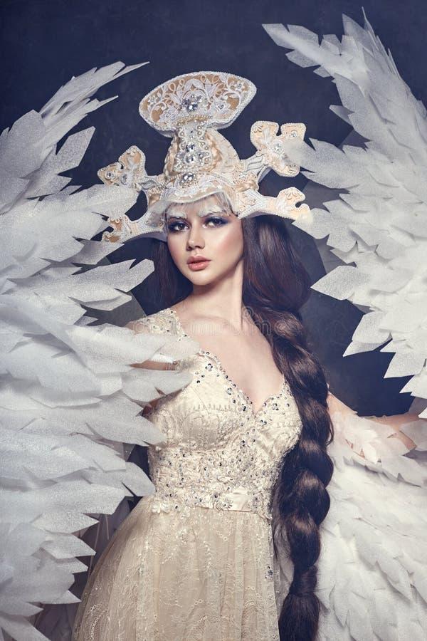 Konstängelflicka med felik bild för vingar Svanprinsessa, drottning av änglar Älskvärd klänning med vingar skönhet sammankoppline fotografering för bildbyråer