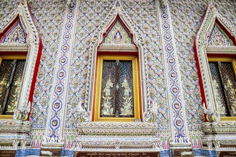 Konst av borken mosaikinre och dekorerar på den Banglamung templet fotografering för bildbyråer