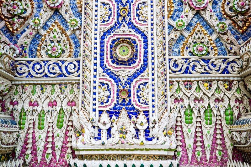 Konst av borken mosaikinre och dekorerar på den Banglamung templet royaltyfria bilder
