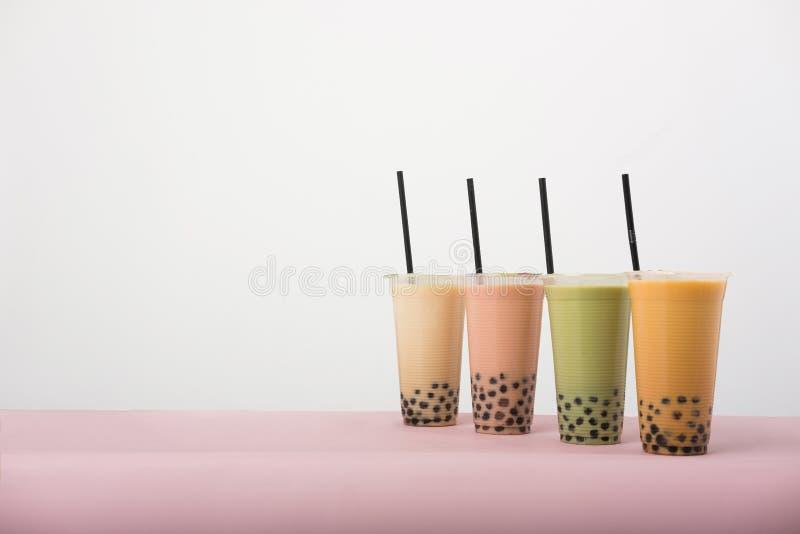 Konst av bubblan mjölkar te arkivbilder