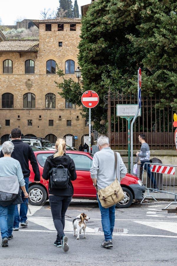 Konst för Florence gatatecken av Clet arkivfoton