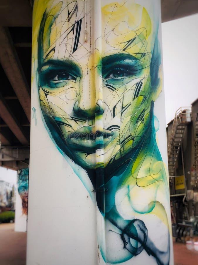 Konst för grafittikvinnavägg på en gångtunnelpiller arkivbild