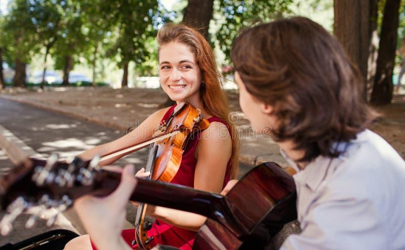 Konst för musik för romans för gataaktördatum arkivbild