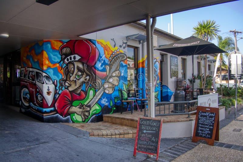Konst för vägg för Gold Coast Queensland Australien Oktober 20 2018 väggmålninggrafitti på den främre vägsidoingången av en coffe royaltyfri fotografi