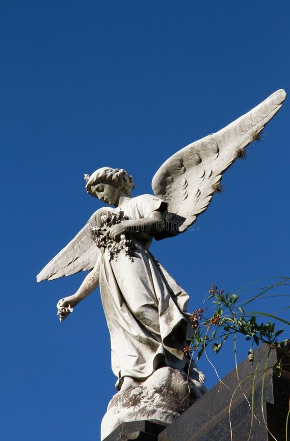 Gammal kvinnlig staty för skyddsängel. Minne och sorg. arkivfoto