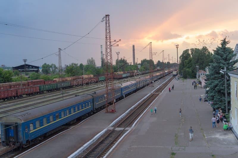 Konstantinovka, Ukraine - 31 mai 2017 : Train et passagers à la station de train photographie stock libre de droits
