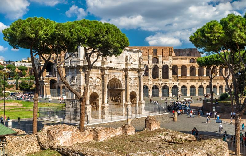Konstantinsbogen und Colosseum, Rom, Italien lizenzfreies stockbild