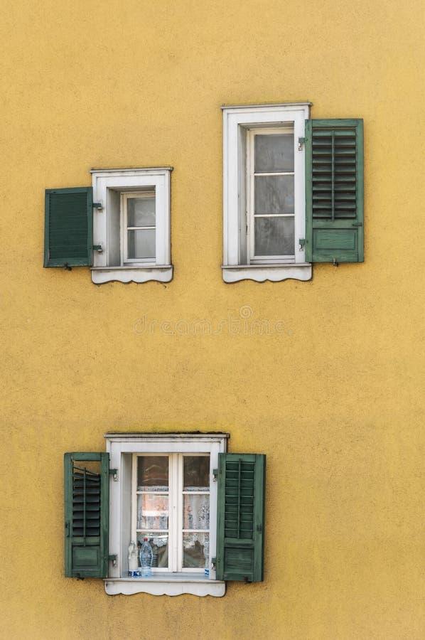 Konstanz, Niemcy: Tradycyjne okno żaluzje zdjęcia stock