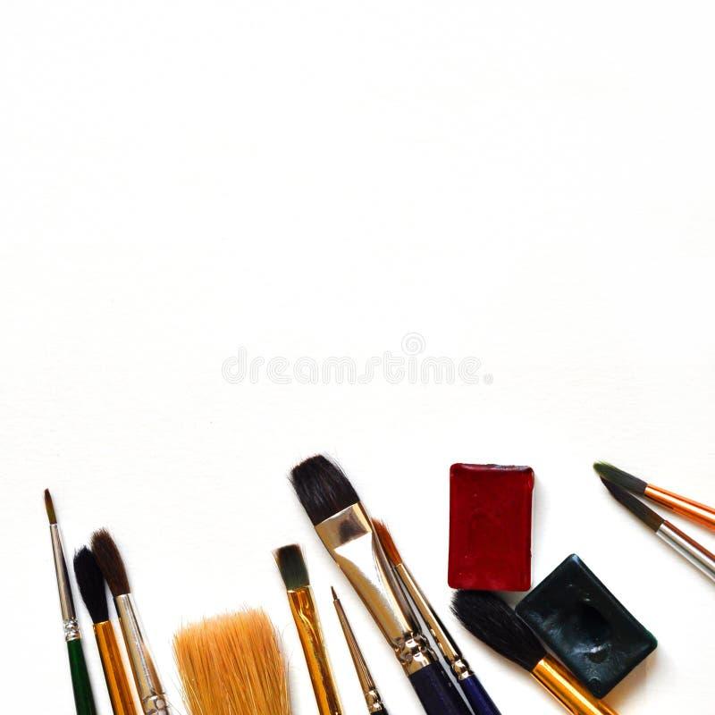 Konstborstar och målarfärger på en vit bakgrund Lekmanna- lägenhet, bästa sikt, kopieringsutrymme stock illustrationer