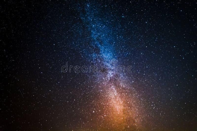 Konstellationer i kosmos med miljon stjärnor på natten royaltyfria foton